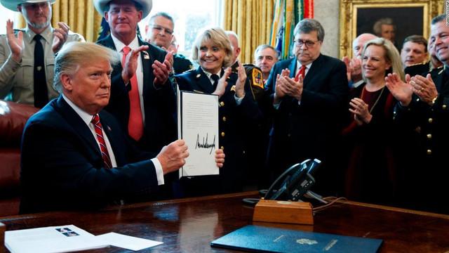 Trump şi-a folosit pentru prima dată dreptul de veto, pentru a menține starea de urgență la granița cu Mexocul