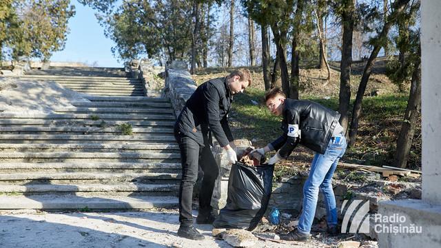 FOTO | Acțiune de salubrizare a Cimitirului Eroilor din Chișinău, organizată de Asociația Unirea ODIP