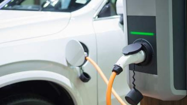Automobilele electrice pot fi încărcate gratis la un centru comercial din capitală