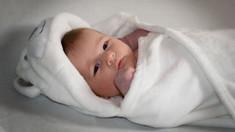 Anul trecut s-au născut mai puțini copii, dintre care și mai puține fete