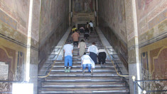 Scara Sfântă pe treptele căreia ar fi urcat Isus, dezvelită din învelişul de lemn pentru prima dată în ultimii 300 de ani