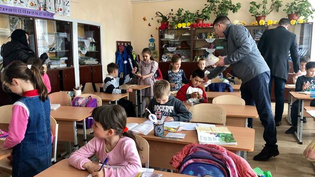 GALERIE FOTO | Elevii școlii cu predare în limba română din Aluatu, au primit mai multe daruri din partea unioniștilor