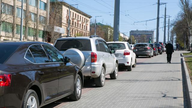 Intră în vigoare noile prevederi privind parcarea pe trotuare