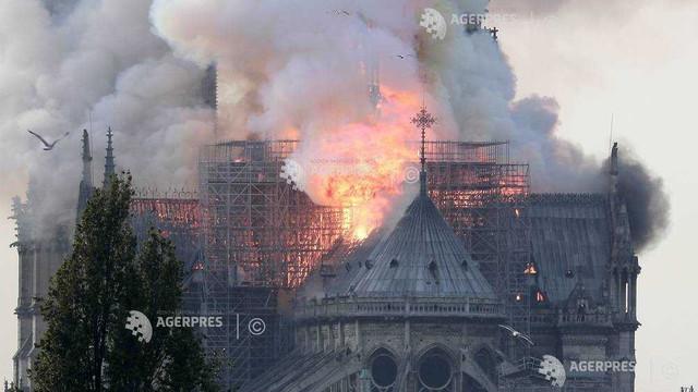 Celebra Catedrală Notre Dame din Paris, grav avariată de un imens incendiu