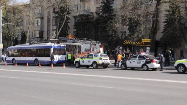 FOTO // Un troleibuz cu pasageri a intrat într-o stație din Chișinău. Ce spune șoferul despre cauza accidentului