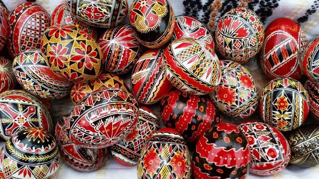 VIDEO | Ambasadorul Marii Britanii în România, cu o colecție de ouă încondeiate din Bucovina, veche de 30 de ani