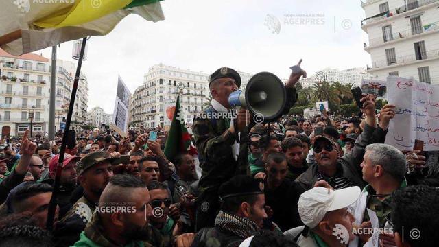 Zeci de mii de protestatari au ieşit din nou pe străzile din Algeria, solicitând reforme radicale