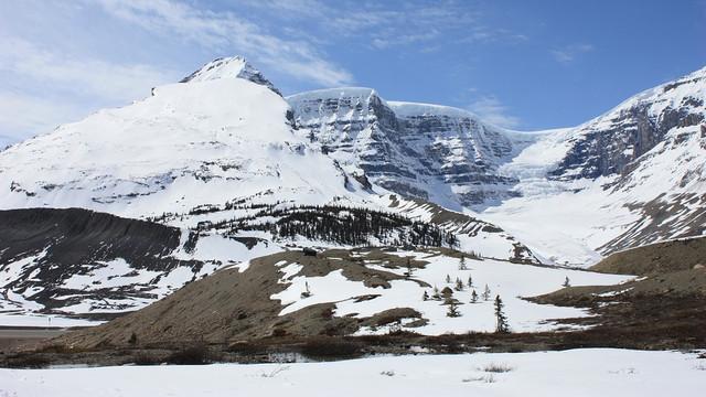 Trei alpiniști de renume mondial, considerați decedați în urma unei avalanșe în Munții Stâncoși