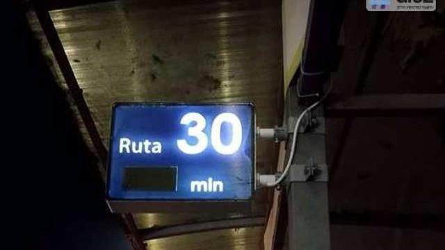 Instalații de panouri noi, electronice care arată când vine troleibuzul