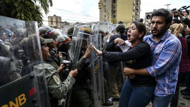 STARE DE ALERTĂ în Venezuela: Juan Guaido transmite că are susținerea armatei | Administrația Nicolas Maduro anunță dejucarea unui complot
