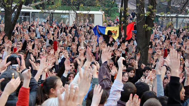 """Evenimentul Zilei: """"Copiii """"Revoluției Twitter"""" se simt trădați"""" (Revista presei)"""