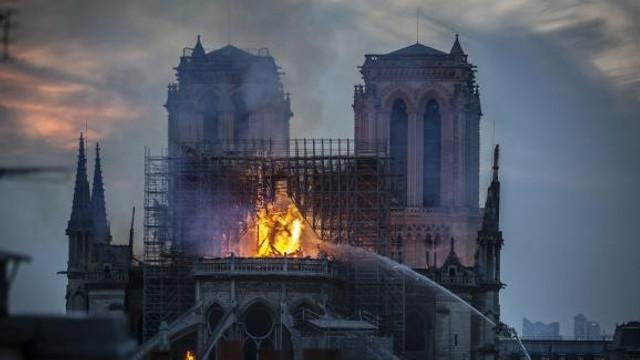 Incendiu Notre-Dame. Pompierii au reuşit să salveze valoroase lucrări de artă și relicve creștine