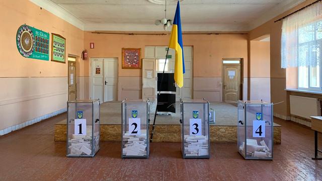 Volodimir Zelenski obţine mai multe voturi decât Petro Poroşenko în secţiile speciale amenajate pentru militarii din Donbas