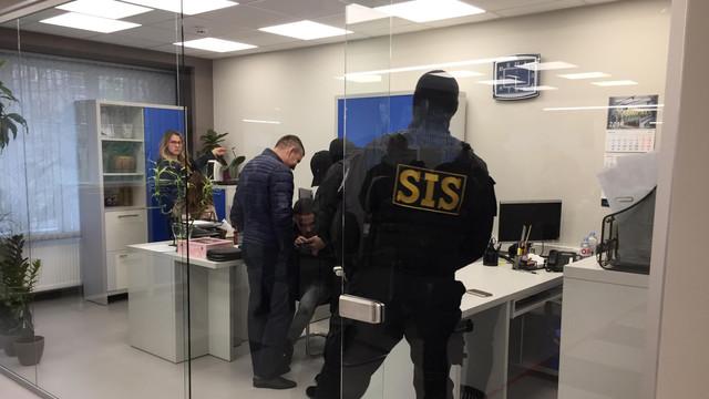 SIS și PCCOCS efectuează percheziții la o fialială ASP. Mai multe persoane au fost reținute (TV8)