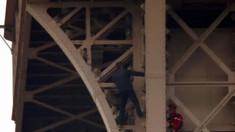 Un bărbat a stat șase ore agățat de Turnul Eiffel din Paris