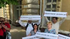 Producătorii de lapte au protestat la Primăria Chișinău, pentru a cere locuri amenajate pentru vânzarea produselor