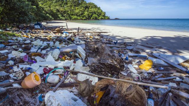 Insule turistice înecate, la propriu, în plastic. Un milion de papuci și sute de mii de periuțe de dinți, aruncate pe plajă