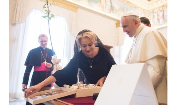 Papa în România | Un ceas simbolic şi un album despre Biserica Romano-Catolică din România, oferite de premier Suveranului Pontif