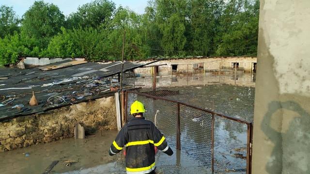 FOTO/VIDEO | Sute de hectare de semănături și mai multe gospodării din nordul R.Moldova, afectate de ploile abundente