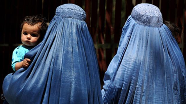 Austria a interzis utilizarea vălului islamic în şcolile primare/ Reacţia unei organizaţii care apără drepturile musulmanilor: Legea este o ruşine