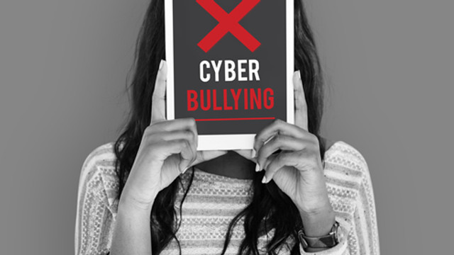 Fenomenul cyberbullying, mai periculos decât cel din școală