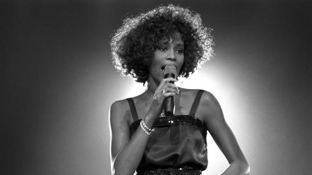 Whitney Houston, readusă în atenţia publicului cu un album postum şi o hologramă