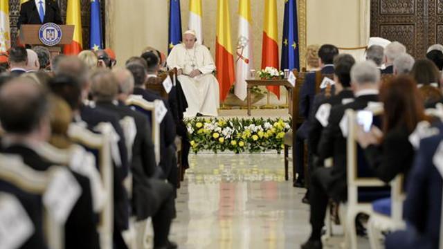 Discursul ţinut de Papa Francisc în România: Sunt bucuros să mă găsesc în frumoasa dumneavoastră ţară. Pe fratele meu Daniel ţin să îl salut cu iubire frăţească