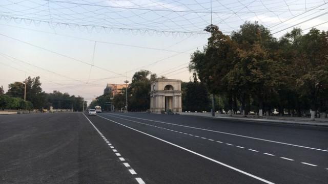 În Chișinău au început lucrările de aplicare a marcajului rutier