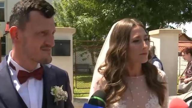 Alegeri europarlamentare 2019 | Cu alaiul de nuntă la vot, înainte de petrecere. Mirii nu au reușit să voteze