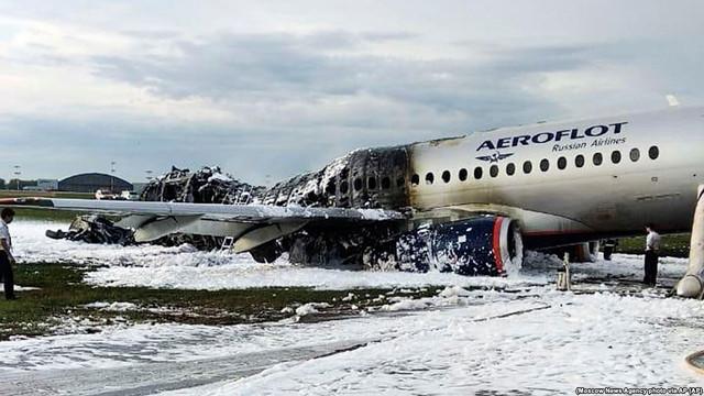 Anchetatorii ruși au recuperat cutiile negre ale avionului care a luat foc pe aeroportul Șermetievo, de lângă Moscova.