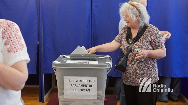 UPDATE | Cozi de zeci și chiar sute de persoane la secțiile de vot deschise în R.Moldova pentru europarlamentare (FOTO)