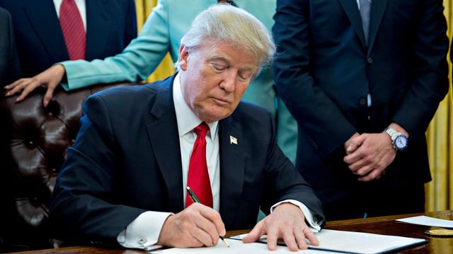 """Preşedintele Trump a declarat stare de urgenţă naţională pentru a proteja reţelele de comunicaţii ale SUA în faţa """"ameninţărilor externe"""""""