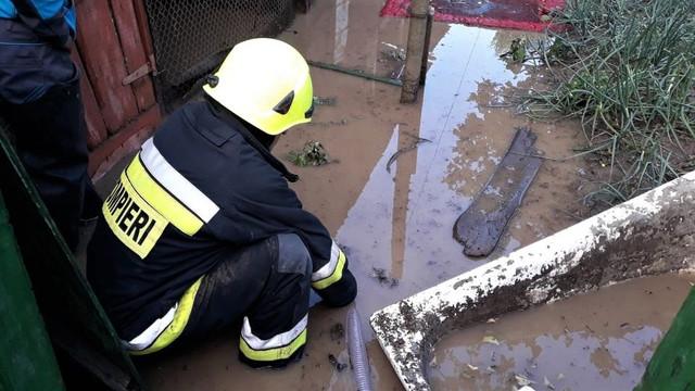 VIDEO | Case inundate, zeci de hectare de terenuri agricole, livezi și drumuri distruse, în urma ploilor abundente din ultimele zile
