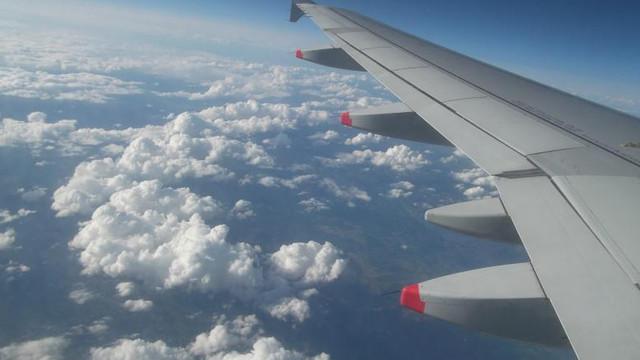 Momente de panică la bordul unui avion. Turbulențele au aruncat un cărucior cu băuturi în plafon
