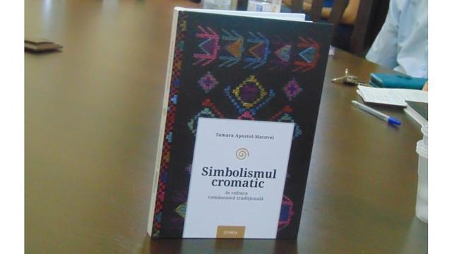 O carte despre simbol și culoare în arta tradițională românească a fost lansată la Chișinău