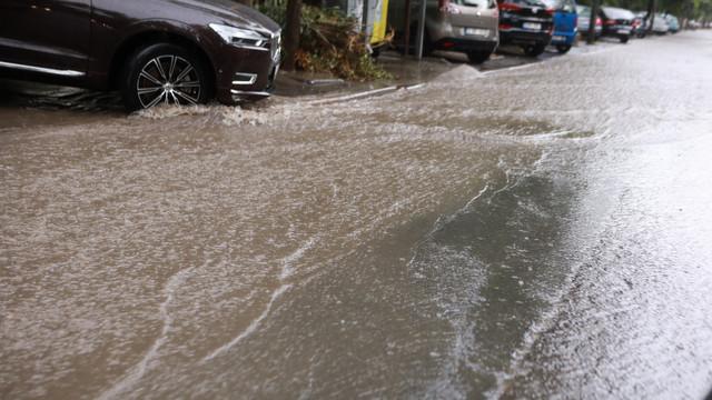 VIDEO/ FOTO | Străzile din Chișinău, inundate, din nou, din cauza ploii