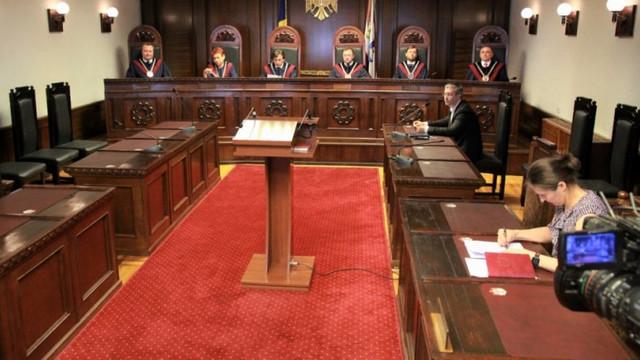 Foști magistrați și judecători constituționali cer CC să își revizuiască hotărârile date la sfârșitul săptămânii trecute
