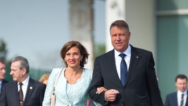 Președintele român Klaus Iohannis câștigă puțin din salariu, dar nevasta îl întreține din chirii (HotNews.ro)