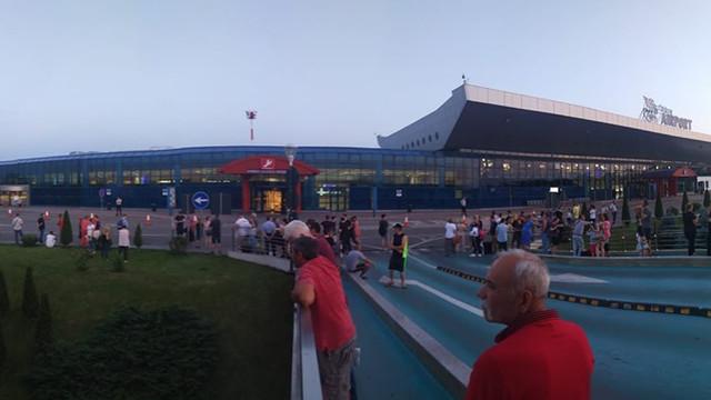Alertă cu bombă la Aeroportul Chișinău. Pasagerii au fost evacuați, iar geniștii verifică zona
