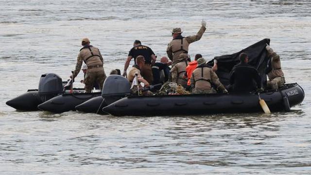 Tragedia de pe Dunăre: Alte patru cadavre au fost recuperate. Echipajele de salvare încearcă scoaterea la suprafaţă a navei