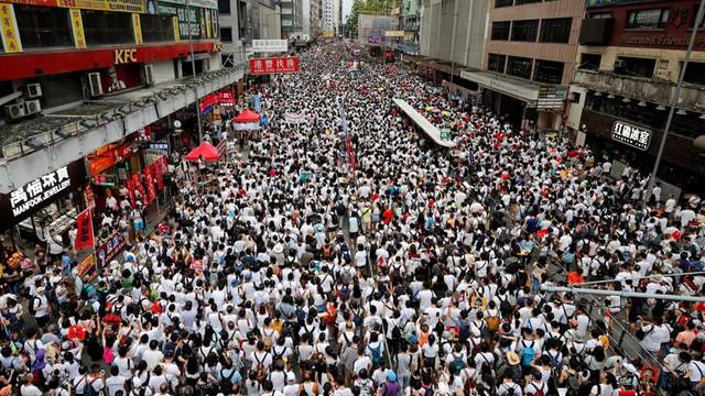 VIDEO | Noi poteste violente la Hong Kong, împotriva legii extrădării: Zeci de persoane rănite/ Mulţimea, dispersată cu gaze lacrimogene şi gloanţe de cauciuc
