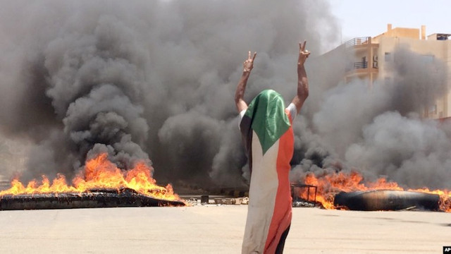 Înăbușire sângeroasă a unui protest, soldată cu 60 de morți. Manifestanții denunță un puci al armatei din Sudan