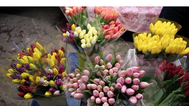 Încasările comercianților de flori au crescut în perioada ultimului sunet