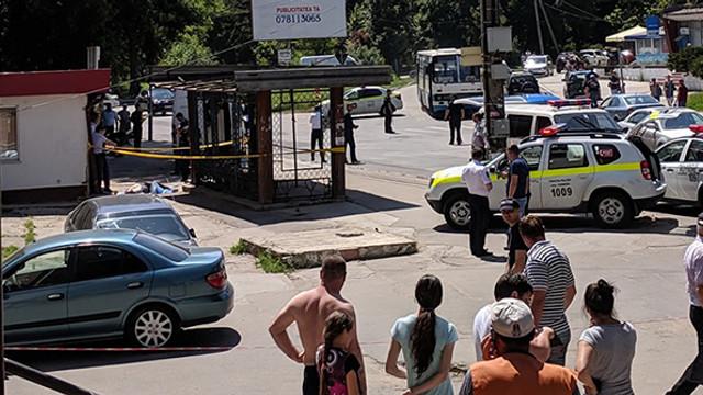 Un mort și doi răniți, după ce o mașină a intrat într-o stație de așteptare din Chișinău