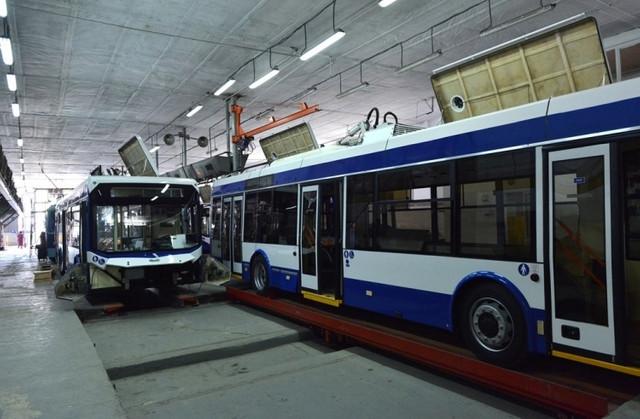 FOTO | Troleibuze cu aer condiționat, camere de supraveghere și prize USB sunt asamblate în prezent în Chișinău