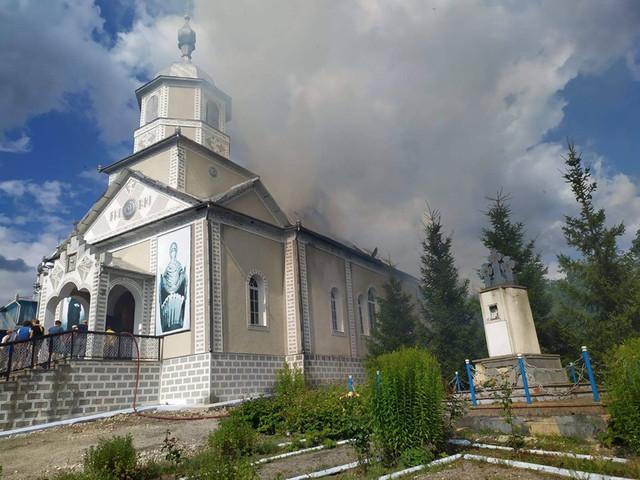 FOTO | Focul a distrus o biserică de la Ocnița