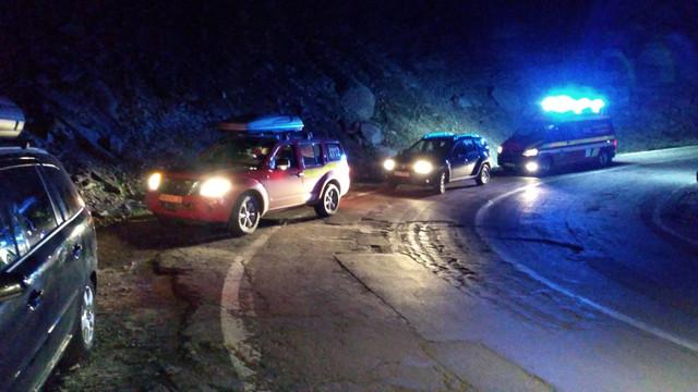 Circulau ilegal pe Transfăgărăşan și s-au răsturnat cu mașina de pe șosea
