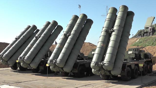 Primele sisteme rusești antirachetă S-400 destinate Turciei vor fi îmbarcate duminică în avioane-cargo