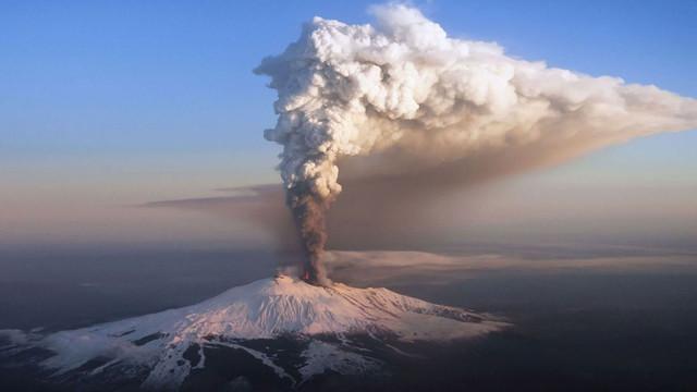 Etna, cel mai înalt vulcan activ din Europa, erupe din nou