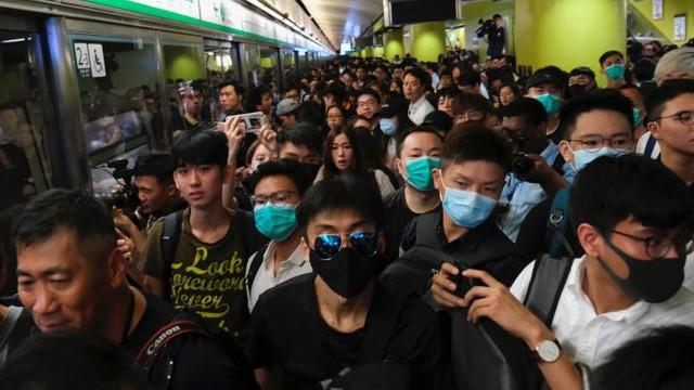 Haos în Hong Kong, protestatarii au blocat circulația mai multor trenuri